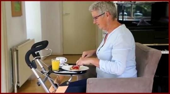 Wohnungsrollator mit Tablett beim Essen