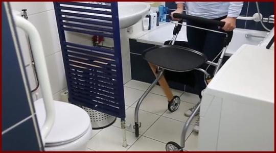 Wohnungsrollator im Badezimmer